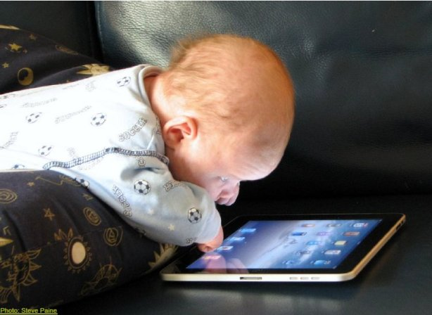 Baby met iPad (bron: Steve Paine)